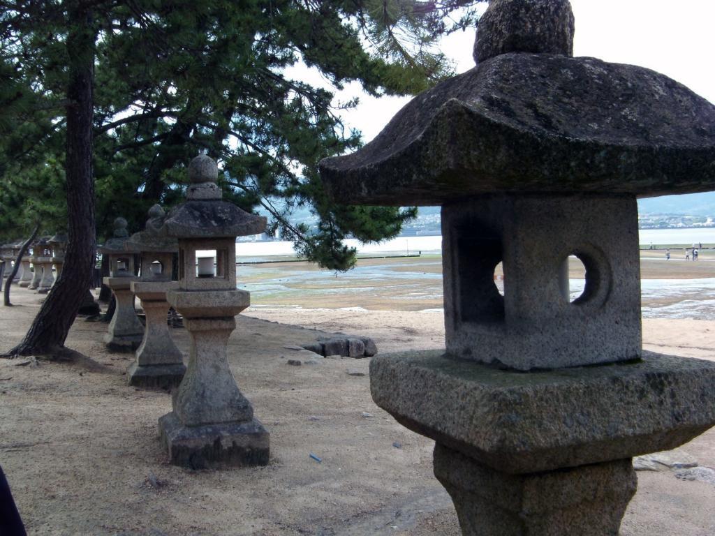 Steinlaternen auf Itsukushima