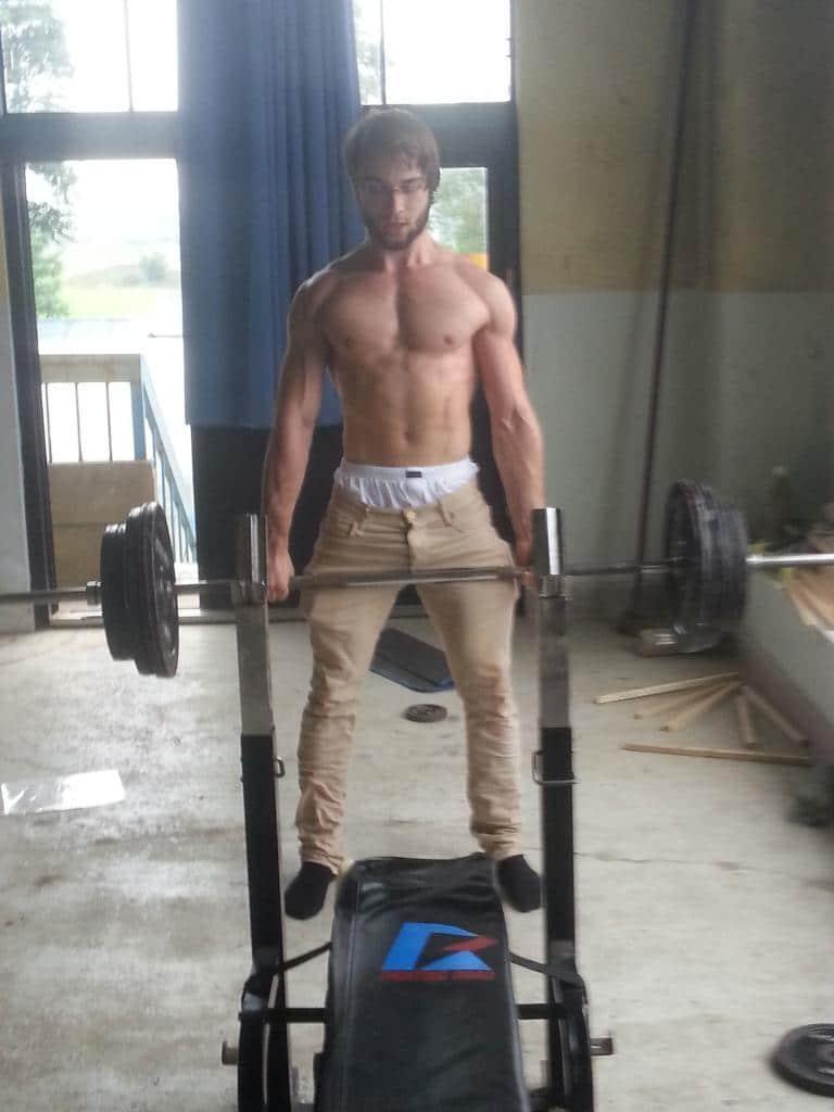 Jan-Ole beim Gewichtstraining in einer japanischen Schule
