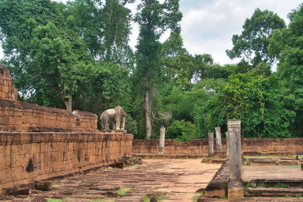Östlicher Mebon aus der Ferne in Kambodscha