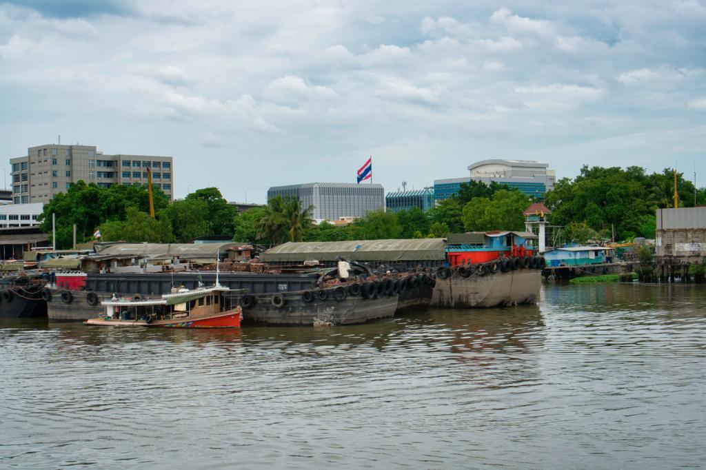 Aussicht während der Bootsfahrt auf dem Chao Phraya-Fluss in Thailand