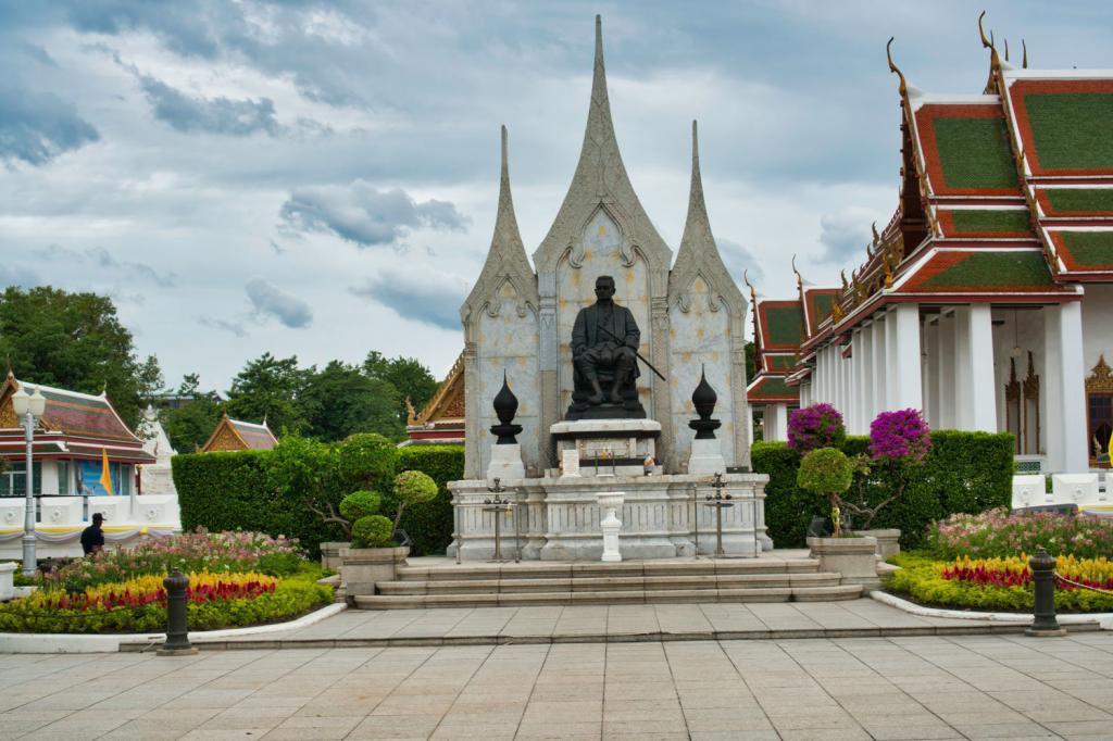 König Rama III Statue beim Royal Pavilion in Thailand