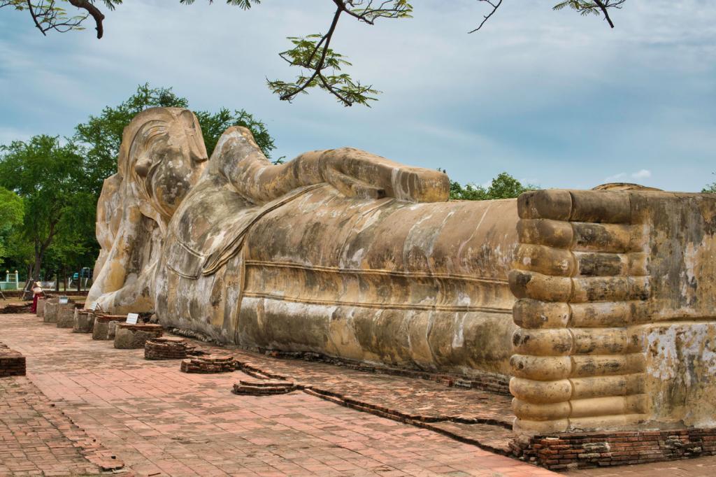 Liegender Buddah bei Wat Lokayasutharam in Thailand
