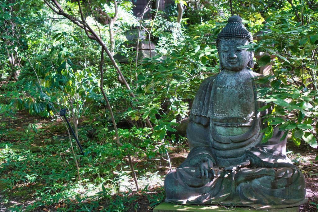 Buddah Statue im Garten des Nezu-Museums in Tokio.