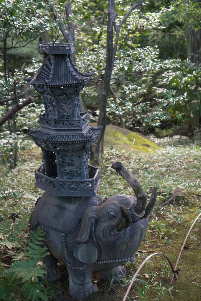 Elefanten Statue im Garten des Nezu-Museums in Tokio.