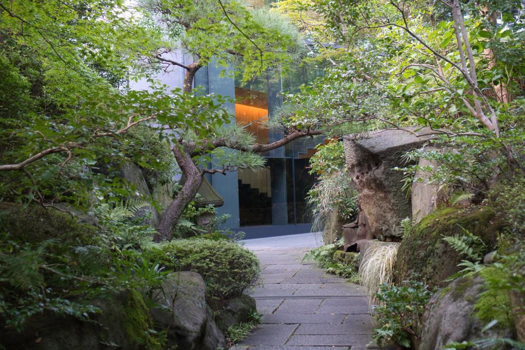 Pfad durch den Garten des Nezu-Museums in Tokio.