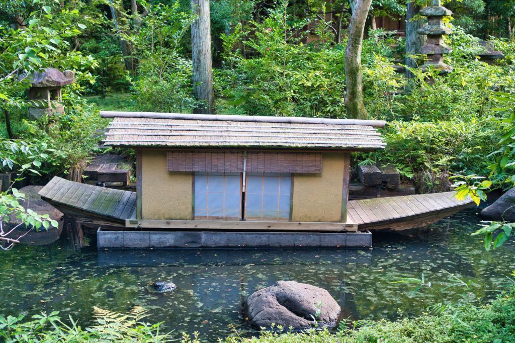 Kleiner Teich mit einem Schiff im Nezu-Museum