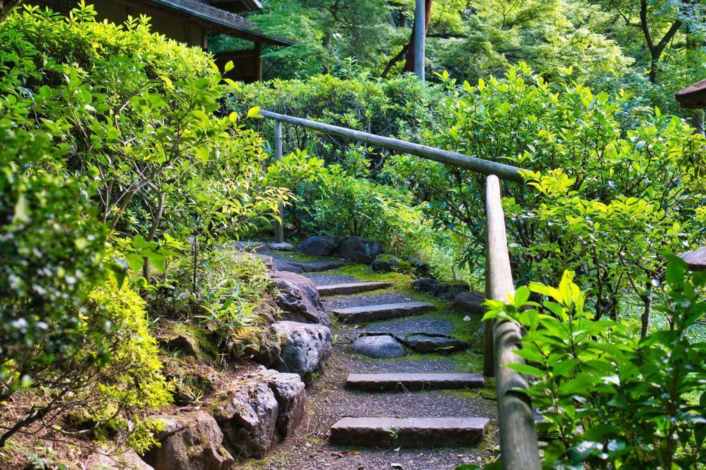 Treppe im Garten des Nezu-Museums in Tokio.