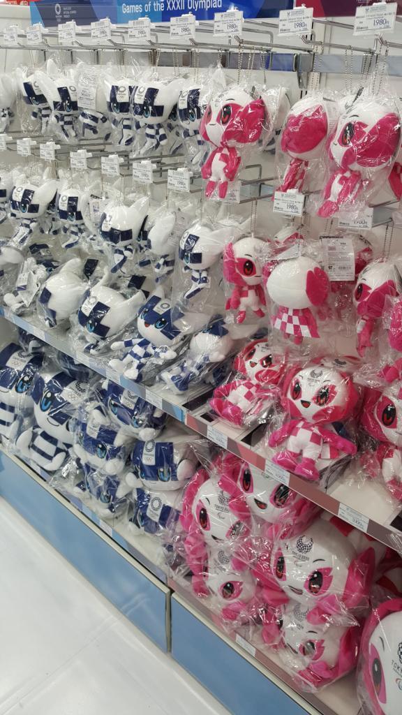 Plüschtiere der Maskottchen der olympischen Spiele 2020 in Japan