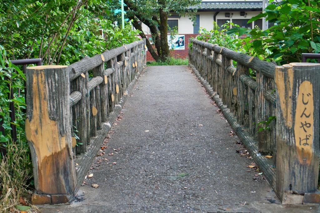 Kleine Brücke vor dem Edo-Tokio Freilicht-Architektur-Museum.