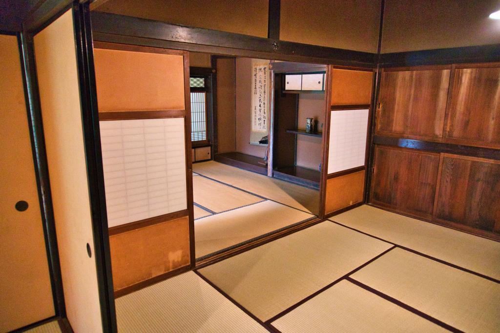 Traditioneller japanischer Innenraum mit Tatami-Matten und Schiebetüren.