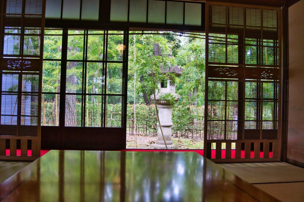 Japanischer Innenraum mit Blick auf einem japanischen Garten.