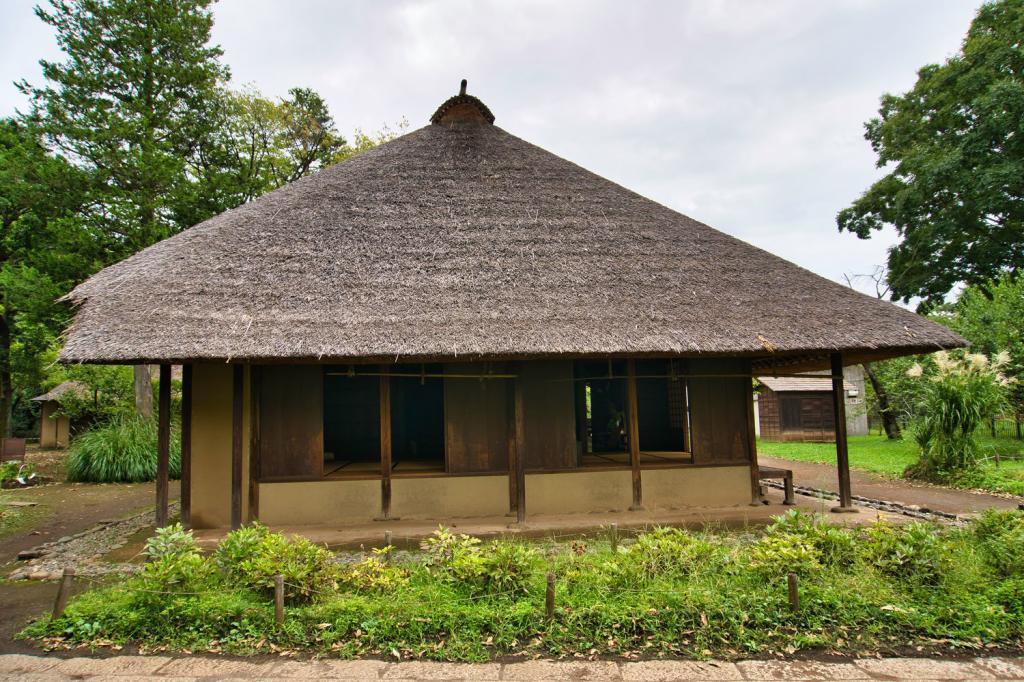 Traditionelles japanisches Haus mit Strohdach.