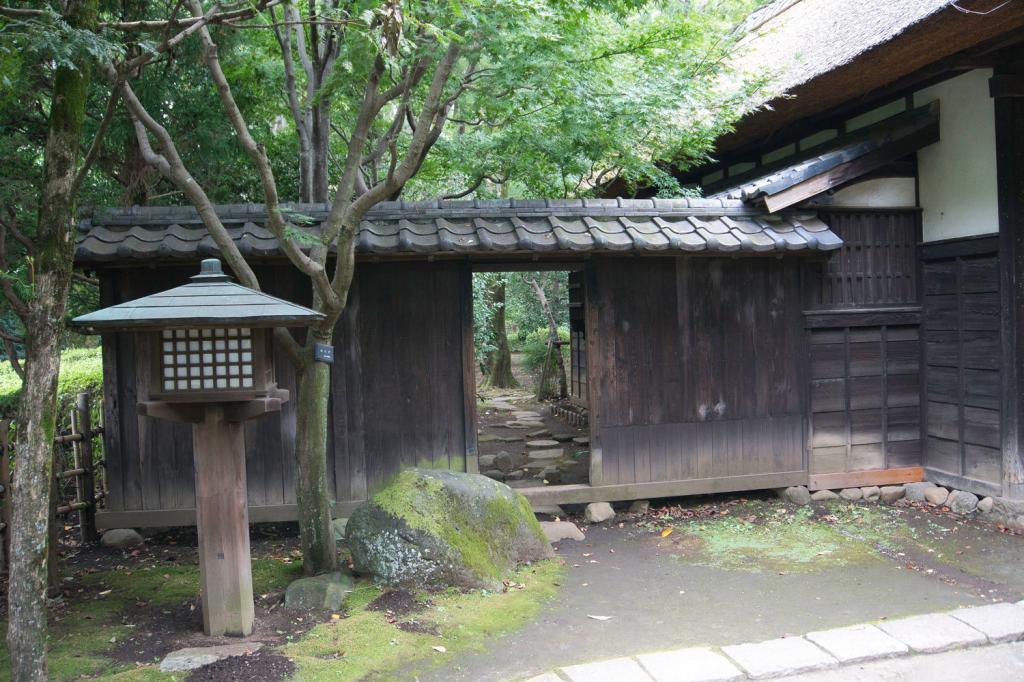 Traditionelle japanische Tür in einem Garten.