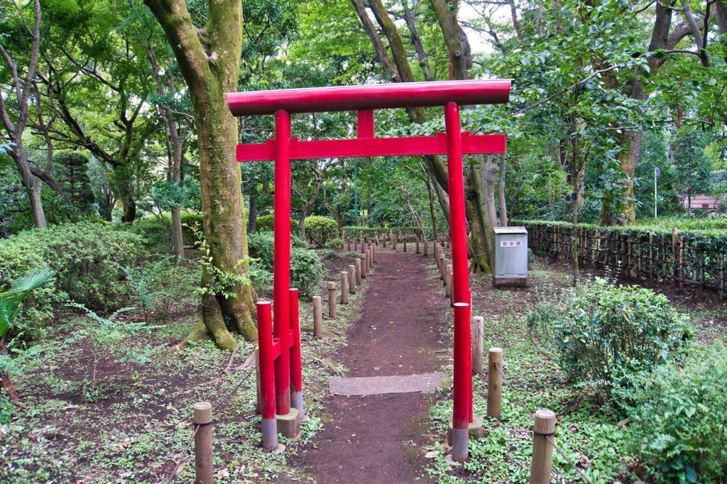 Kleines Torii in einem japanischen Garten.