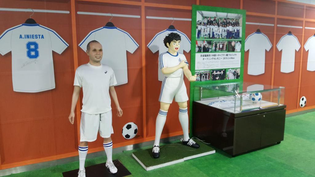 Statuen von Andrés Iniesta und Captain Tsubasa in der Yotsugi Bahnstation.