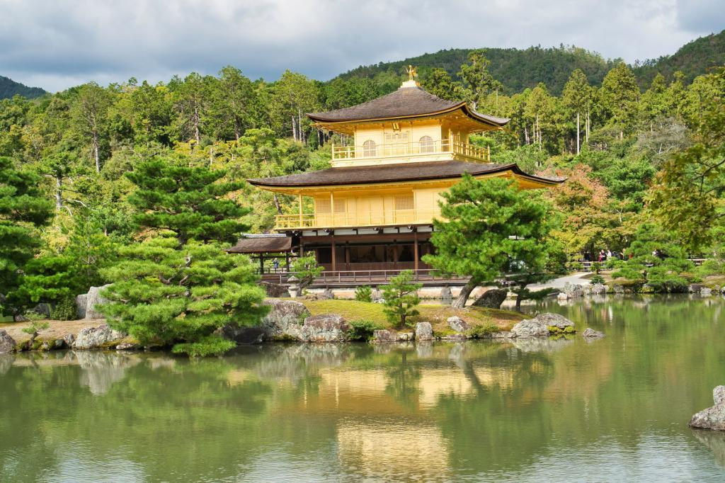 Der goldene Pavillon (Kinkaku-ji) in Kyoto.