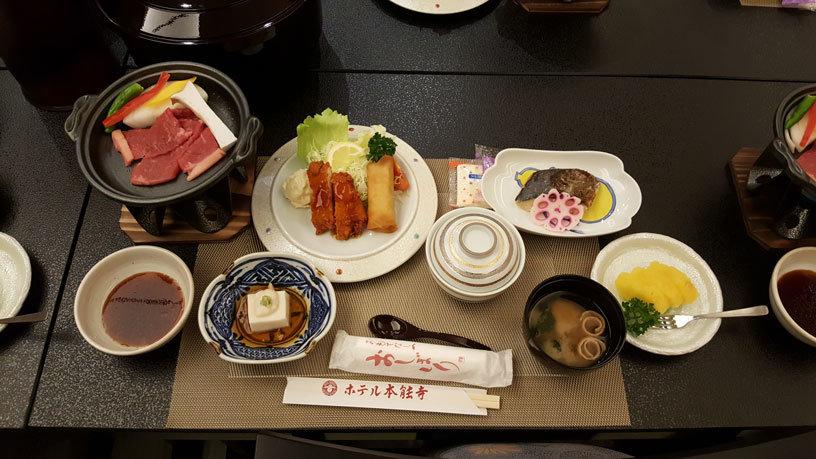 Abendessen im Hotel: Yakiniku mit eigener kleinen Bratpfanne.