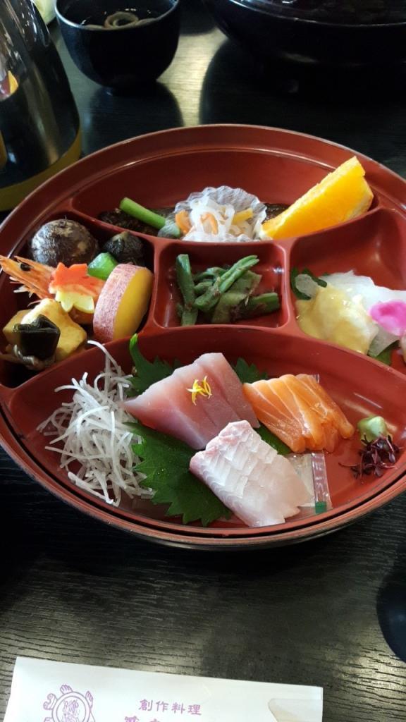 Typisch japanisches Mittagessen mit viel Fisch.