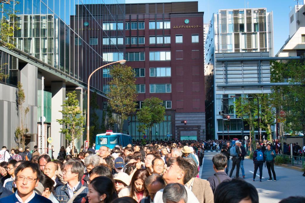 Menschenmassen die auf den Beginn der Kaiserparade warten.