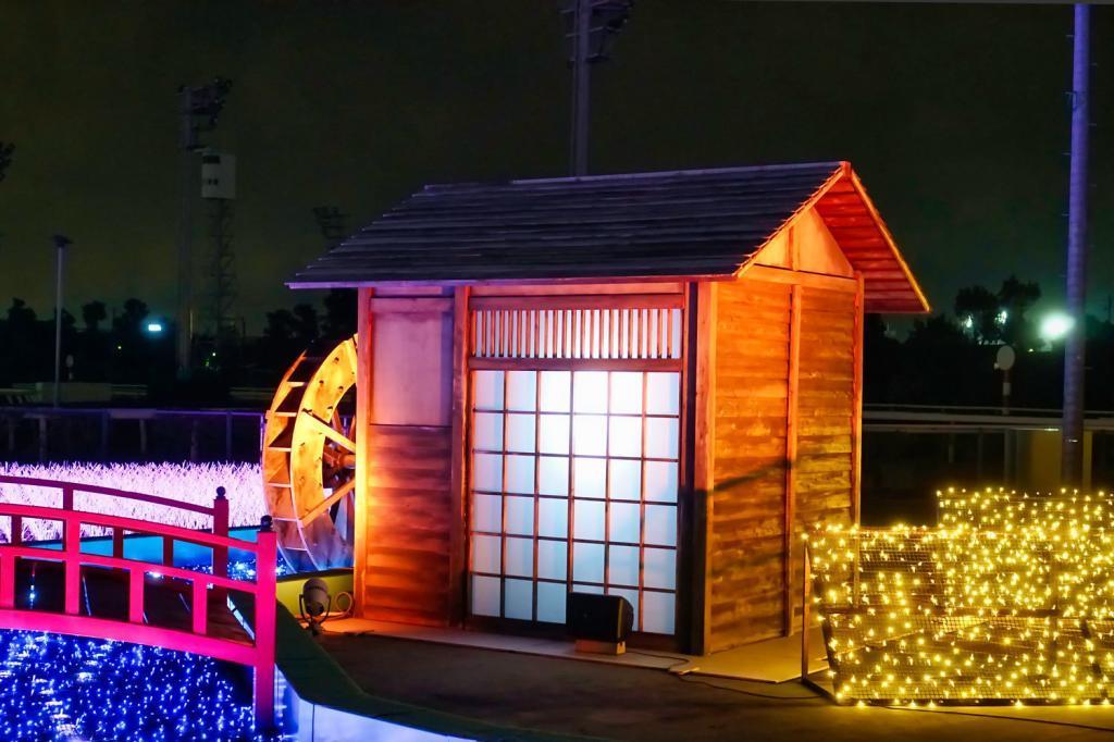 Illumination an der Pferderennbahn in Tokio: Ein illuminiertes Haus am Fluss.
