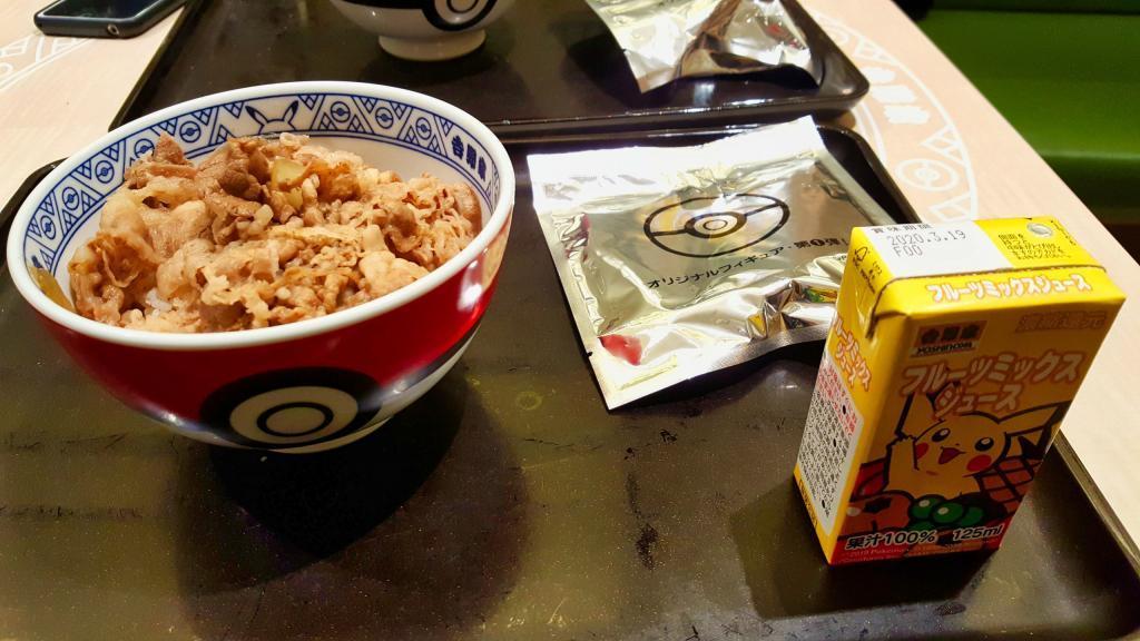 Das Pokémenü von Yoshinoya mit Gyudon in einer Pokéschüssel, einer Figur und einem Pikachu-Saft.