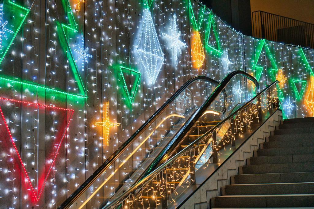 Illumination in Japan: Rolltreppe beim Tokyo Skytree mit Lichterketten.
