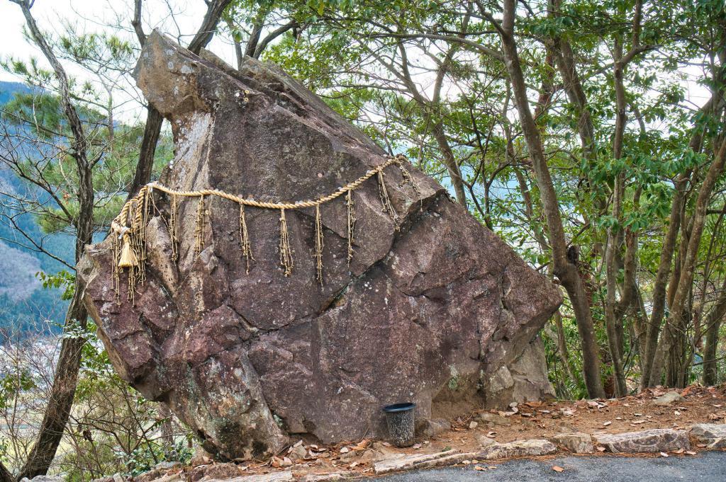 Bild des Ochinai-Steins bei der Burg Takeda