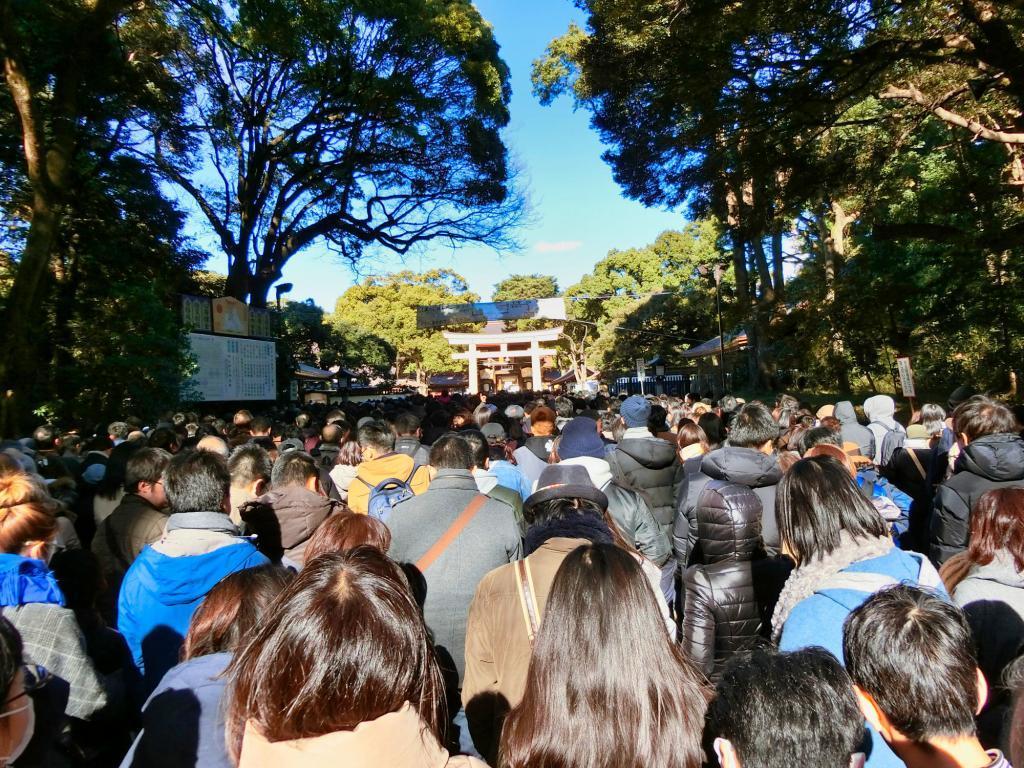 Sehr lange Menschenschlange vor dem Meiji Tempel