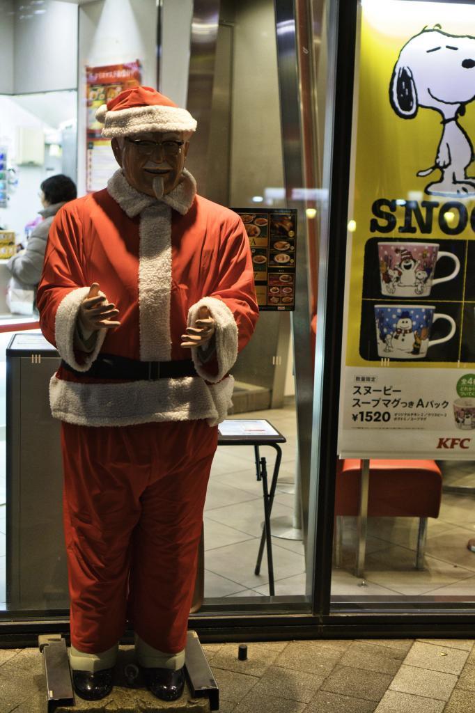 KFC Maskottchen Colonel Sanders im Weihnachtsmann Outfit.