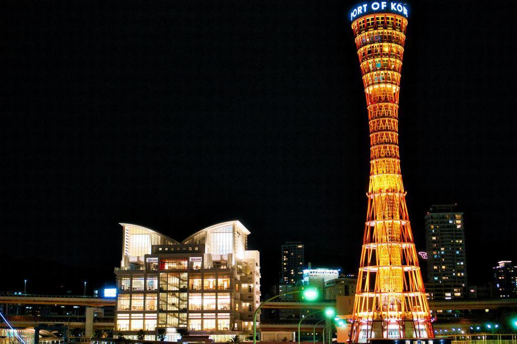 Bild des Kobe Port Tower bei Nacht