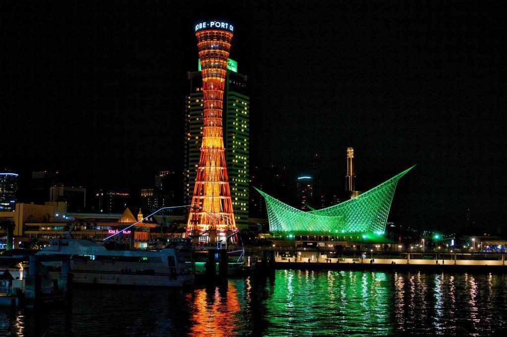 Bild des Hafens von Kobe bei Nacht mit dem Kobe Tower