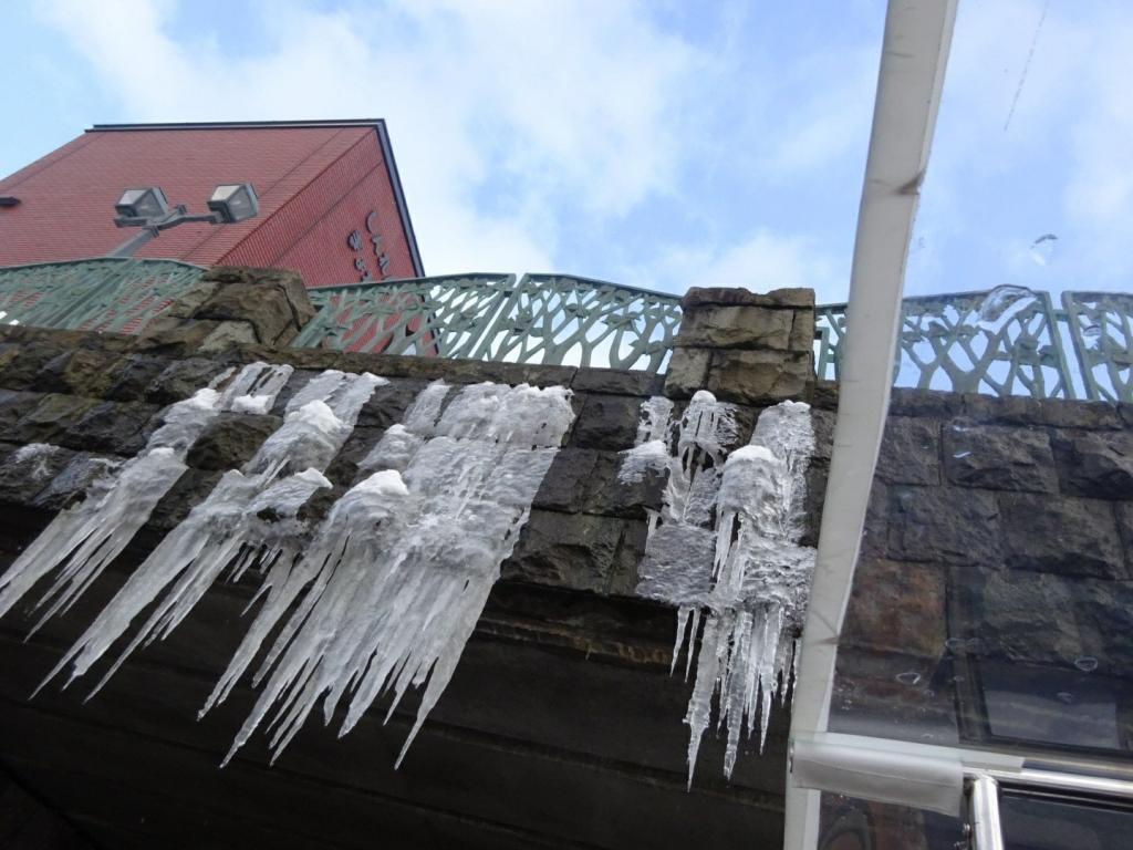 Bild einer einiger Eiszapfen an einer Brücke in Otaru