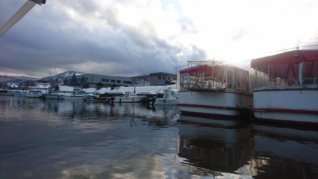 Bild einiger angelegten Boote im Kanal in Otaru