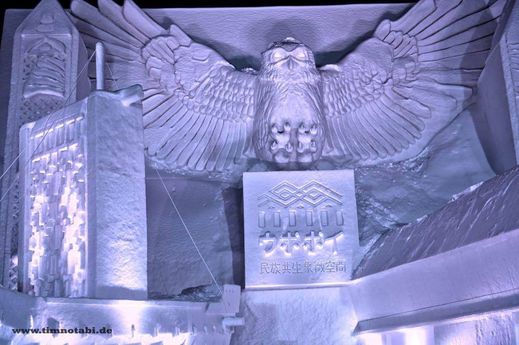 Bild einer riesigen Ainu-Schneeskulptur beim Yuki Matsuri