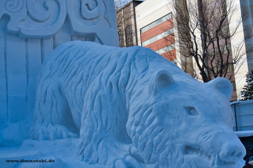 Bild einer Ainu-Schneeskulptur beim Yuki Matsuri