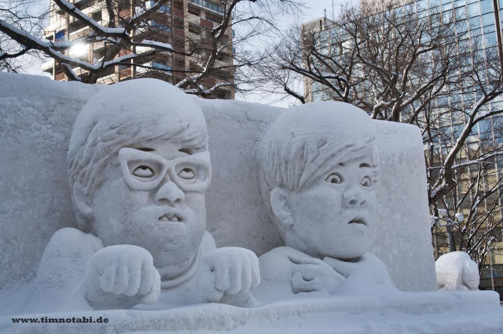 """Bild einer """"Hikakin""""-Schneeskulptur und """"Seikin""""-""""Hikakin""""-Schneeskulptur beim Yuki Matsuri"""