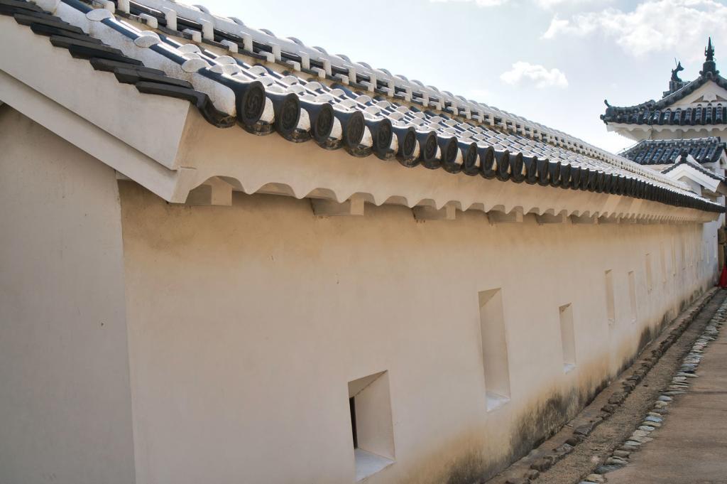 Bild einiger Schießscharten der Burg Himeji