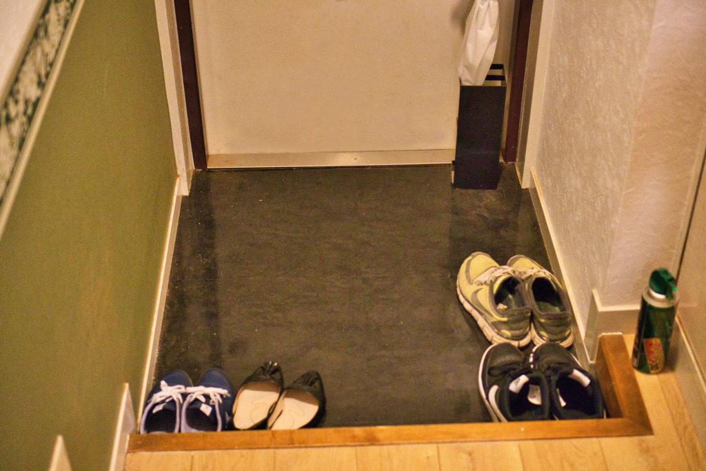 Eingangsbereich einer Wohnung in Japan, der Genkan.
