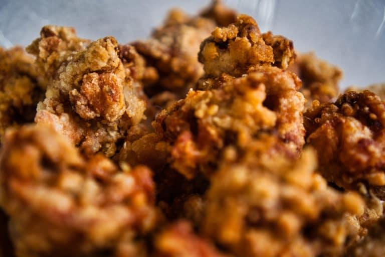Karaage, frittiertes Hähnchen, auf einem Teller.