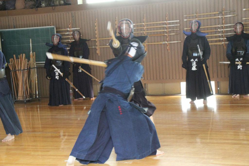 Ein Kampf beim Kendo von zwei Kendoka in einem Dojo in Japan.