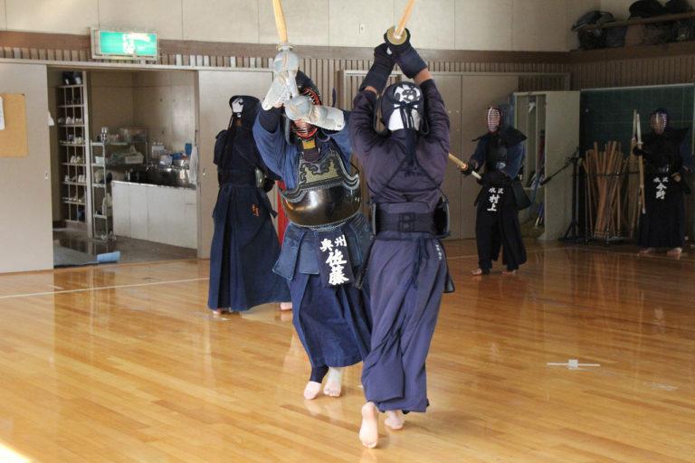 Titelbild meines Beitrag zum Kendo, Kenjutsu. Zwei Kendoka im Kampf.