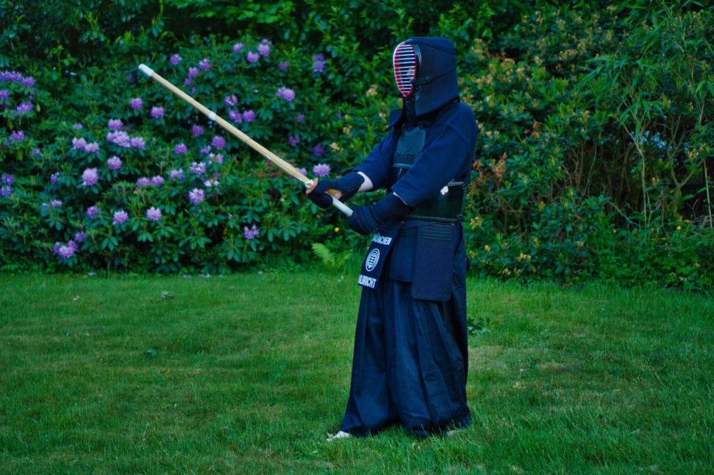 Ich in meiner Kendo-Rüstung im Garten.