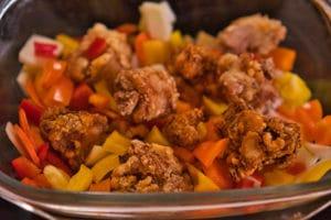 Japanisches Rezept Nanbanzuke, Karaage und Gemüse in einer Schale