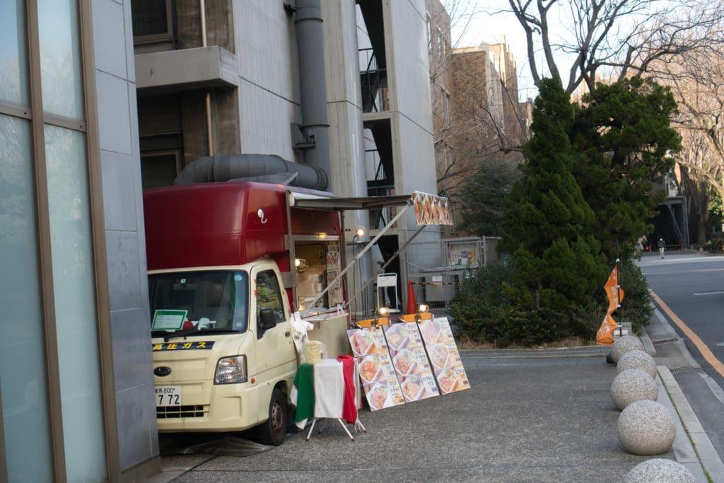 Japanische Universitäten haben oft einen Campus, wie hier zum Beispiel mit einem Foodtruck.