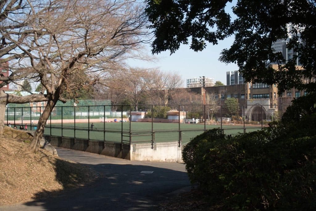 Sportplatz der Universität Tokio.
