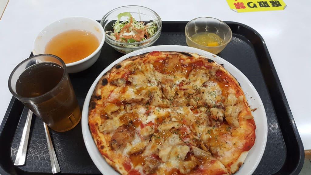 Japanische Universitäten: Pizza in der Mensa der Toyo Universität.