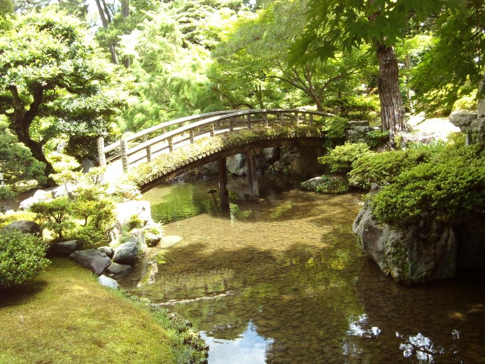 Bach und Brücke in Japan im Sommer
