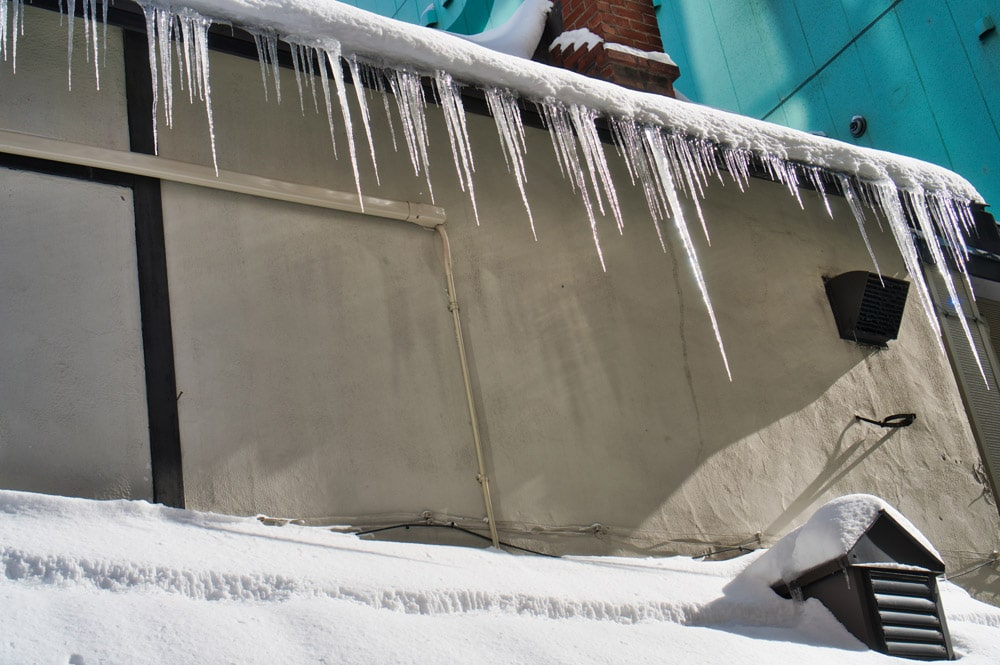 Eiszapfen an einem Gebäude in Japan im Winter
