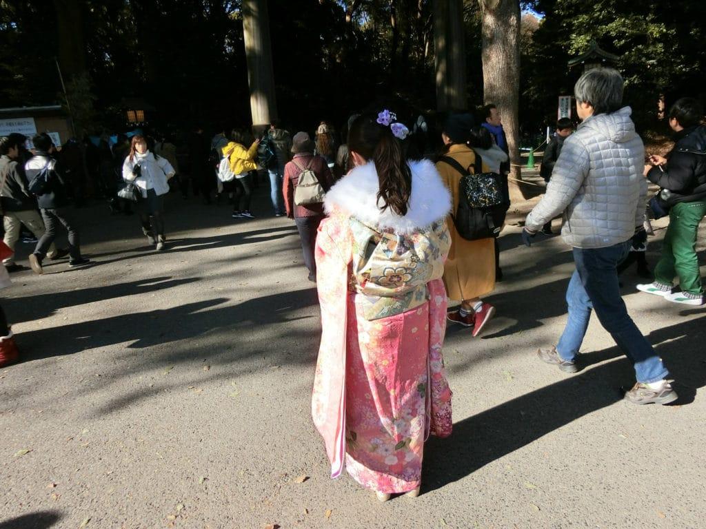 Japanerin mit einem Furisode (Rückseite)