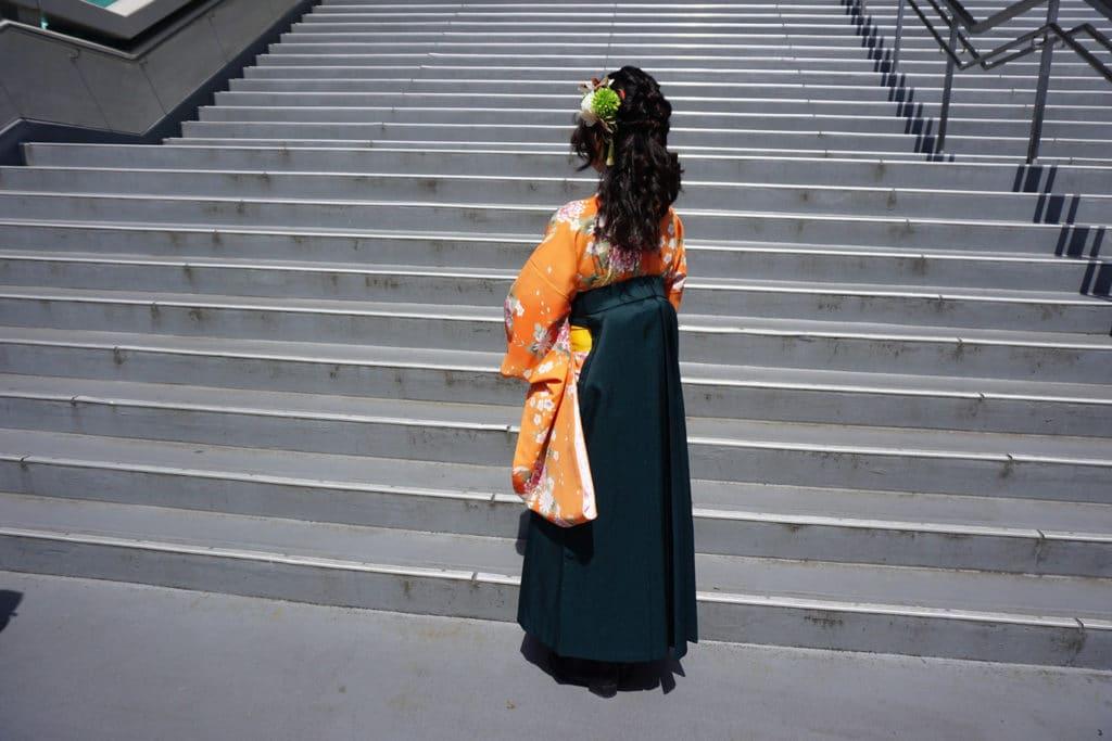 Eine Japanerin mit Kimono und Hakama (Rückseite)